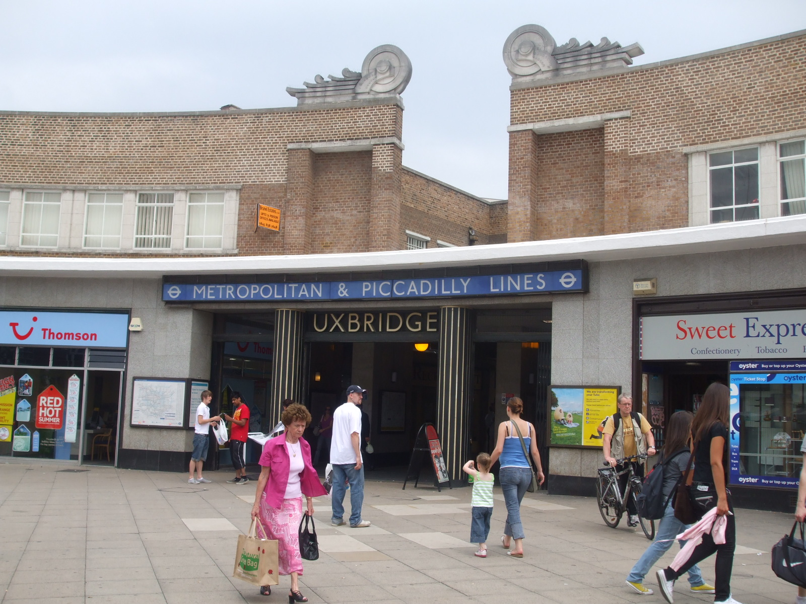 Uxbridge_station_entrance